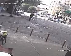 Atropellan a hombre sobre un scooter en la Roma