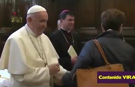 #VIRAL: Pope Francis evades kisses of parishioners