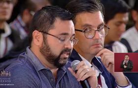 Reportero expone a alcalde de Ahome, Billy Chapman en la conferencia de AMLO