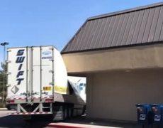 Un mal conductor hace trisas su trailer