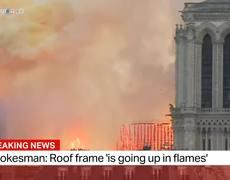 Fuerte incendio en la catedral de Notre Dame en Paris