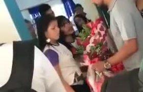 #VIRAL: Soldado caído le avienta flores a niña tras inesperado rechazo