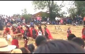 Dimas y Gestas: Ladron cae de la cruz durante Viacrucis en Zinacantepec