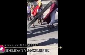"""#VIRAL: Perrito """"defiende"""" a Jesús de los azotes durante viacrucis"""