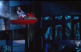 Bad Bunny se presentó en el escenario sentando desde una moto acuática