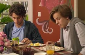 Julián saca a Paulina del chat grupal - La Casa de las Flores