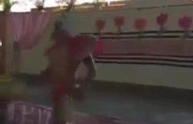 Un estríper baila en una escuela en los festejos por el Día de la Madre