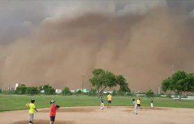 #OMG: Una rara tormenta de arena interrumpe juego de baseball en Texas