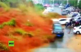 #VIDEO: Mortal deslizamiento de tierra arrasa una carretera en China