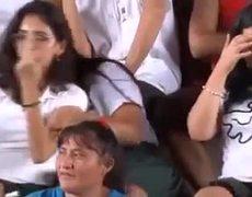 #VIRAL: BECARIA INSULTA A AMLO CON LA BRITNEY SEÑAL