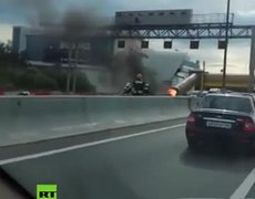 Car goes on fire & explodes on a Moscow highway