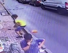 Niña de 2 años que caia de la ventana fue atrapada por este joven
