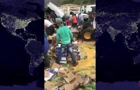 Pobladores roban mercancía mientras el chofer moría calcinado