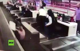 Pasajera confusa entra a la cinta para maletas de un aeropuerto turco