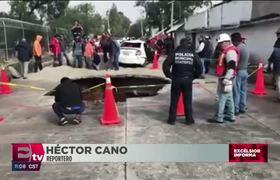 Dos vehículos caen en enorme socavón en Ecatepec