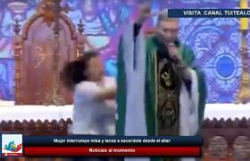 Mujer interrumpe misa y lanza a sacerdote desde el altar