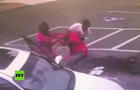 Mujer deja caer su bebé durante pelea