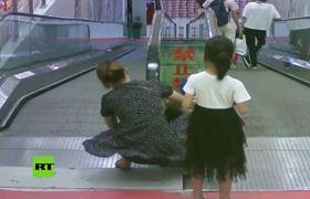 Rescatan a un niño que quedó atorado del brazo en una escalera mecánica
