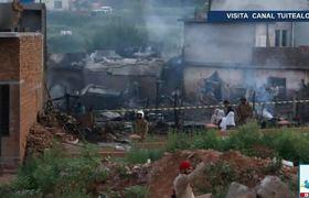 Cae avión militar en zona residencial de Pakistán hay 17 muertos
