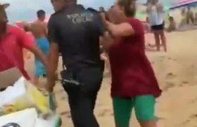 Vendedor ambulante apuñala a un policía en una playa de España