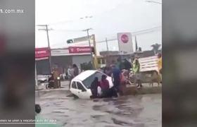 Leoneses se unen y rescatan auto del agua