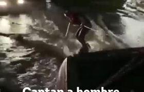 Graban a hombre surfeando supuestamente en calles de León