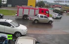 Auto se incendia al lado de un camión de bomberos en Brasil