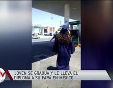 Joven se gradúa y le lleva el diploma a su papá en México