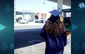 La reacción de un payasito al ver a su hija recién graduada