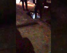 Captan a policías sometiendo a joven que fue quemado y ahora está en coma