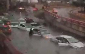 Lluvias de Monterrey inundan barragán en segundos