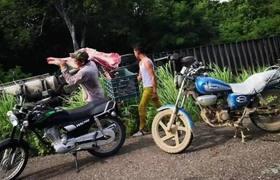 En Oaxaca se voltea un camión y los habitantes lo dejan limpio