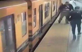 Cometen un triple 'robo canguro' en el metro de Buenos Aires
