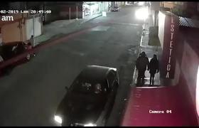Captan a ladrones de autopartes desmantelando un vehículo
