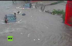 Alcantarilla 'se traga' a una mujer durante una inundación