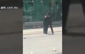Termina semidesnuda después de pelea con policía