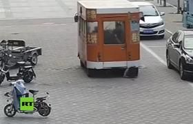 #CCTV: Levantan una camioneta para rescatar a una atropellada