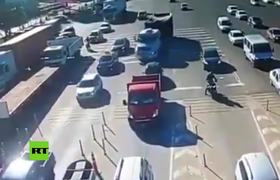 #CCTV: Brutal truck crash without brakes at a toll road in Argentina