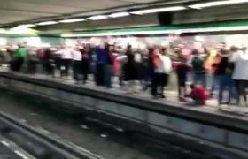 Commuters do Huge Mexican Wave to Celebrate Independence Day at Mexico City Metro