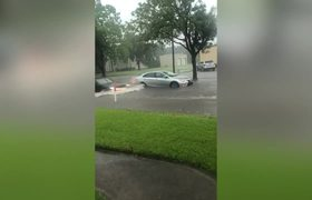 Women come to rescue of stranded car in Texas floods