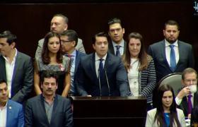 Diputadas de Morena 'trepan' a sus curules para reclamar a diputados del PAN