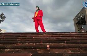 Joker fan dances like him in the Macroplaza and goes viral