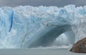 Glacier bridge collapses in Perito Moreno