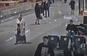 A man becomes aggressive at a Moscow airport