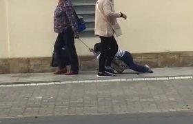 #VIRAL_ Captan a mamá arrastrando a su hijo para llevarlo a la escuela