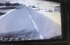 #VIRAL: Papá descuidó un segundo a su hijo, al salvarlo murió atropellado
