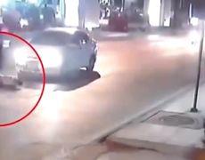 #VIRAL: Se lanza a un auto para cobrar por accidente