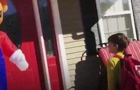 #VIRAL: Madre en Super Mario inflable le hace broma de Halloween a su hijo
