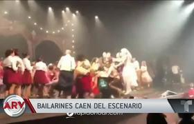Escenario se desploma en pleno festejo de decenas de bailarines
