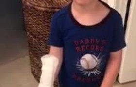 #OMG: Niño se pone toalla sanitaria creyendo que es un curita